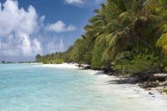 Sandy Beach no mar ciano maldives fotos de stock