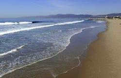 Sandy Beach och bränning nära Los Angeles i sydliga Kalifornien Royaltyfri Bild