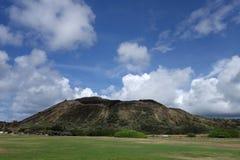 Sandy Beach Park gräsfält och Koko Head Crater Arkivbild