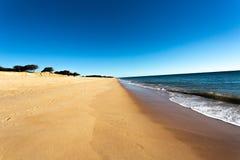 Sandy Beach pela costa atlântica imagem de stock