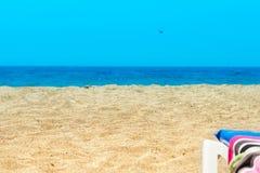 Sandy Beach só abandonado com a areia amarela no oceano do mar Fotografia de Stock Royalty Free