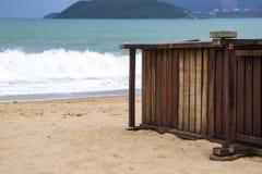 Sandy Beach só com cadeiras e guarda-chuvas de praia perto do mar fotografia de stock