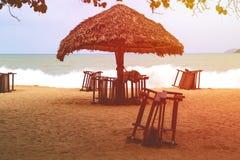 Sandy Beach só com cadeiras e guarda-chuvas de praia perto do mar foto de stock royalty free