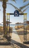 Sandy Beach tropical com acesso deficiente em um recurso do hotel Foto de Stock Royalty Free