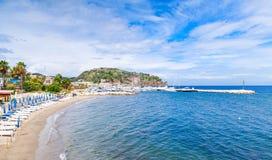 Sandy Beach vazio da estância turística de Lacco Ameno foto de stock royalty free