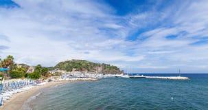 Sandy Beach vazio de Lacco Ameno, ilha dos ísquios foto de stock