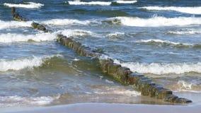 Sandy Beach And Wodden Breakwater quieto imagens de stock