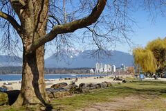 Free Sandy Beaches At Kitsilano In Vancouver Are In The Forefront As Mountains Offer An Impressive Background Stock Photos - 176613463