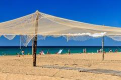 Sandy Black Sea-Strand mit den Fischernetzen benutzt als Dekorationen durch Anapa-Erholungsort, Russland lizenzfreie stockfotos