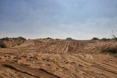 Sandy-Boden für Autos 4x4 mit Spuren von Reifen für Autos Stockbild