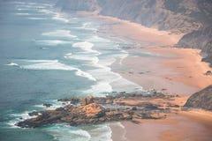 Sandy Castelejo strand, berömt ställe för att surfa, Algarve region, arkivbilder