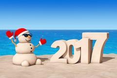Sandy Christmas Snowman em Sunny Beach com Ney Year Sign 2017 Imagens de Stock Royalty Free