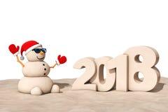 Sandy Christmas Snowman en Sunny Beach con la muestra del Año Nuevo 2018 Foto de archivo libre de regalías