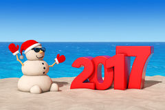 Sandy Christmas Snowman på Sunny Beach med Ney Year Sign 2017 Royaltyfria Bilder