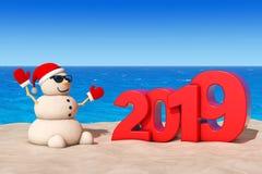 Sandy Christmas Snowman a Sunny Beach con un segno da 2019 nuovi anni illustrazione vettoriale