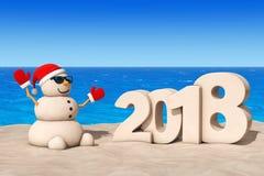 Sandy Christmas Snowman a Sunny Beach con un segno da 2018 nuovi anni Immagini Stock