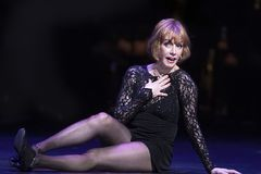 Sandy Dennis Performs nel ` niente gradisce un esame del ` di Dame Immagini Stock