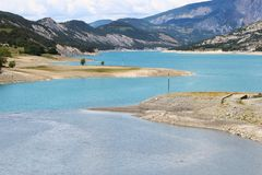 Sandy deposita ao longo do rio de Ubaye, Hautes-Alpes, França imagens de stock royalty free