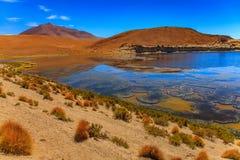 Sandy e o cascalho abandonam a estrada através da parte remota de Altiplano do sul, Bolívia foto de stock