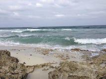 Sandy et plage rocheuse dans Cozumel Image stock