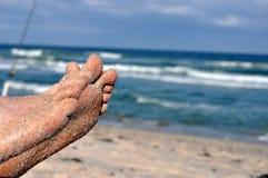 Sandy Feet am Strand Lizenzfreie Stockfotos