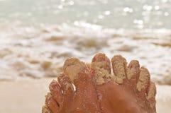 Sandy Feets na praia Imagens de Stock