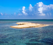 Sandy flach im Meer in Form von Herzen Lizenzfreies Stockbild