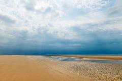 Sandy Formby Beach dichtbij Liverpool op een bewolkte dag Royalty-vrije Stock Foto