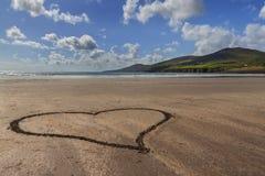 Sandy-Herz an der Küstenlinie Lizenzfreie Stockbilder