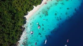 Sandy Honeymoon Beach blanco en la opinión de la isla de Similan desde arriba HD aéreo Andaman, Tailandia almacen de metraje de vídeo