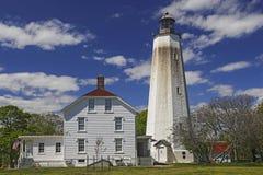 Sandy Hook Lighthouse avec le centre du ` s de visiteur Photographie stock libre de droits