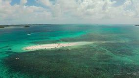 Sandy-Insel mit einem Strand und Touristen Nackte Insel, Siargao stock video