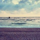 Sandy in Küstennähe Konkrete Insel im Meer mit sitzenden Seevögeln Stein im Ozean Stockfotografie
