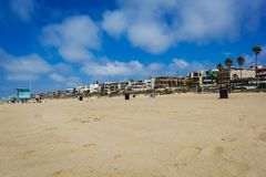 Sandy Manhattan beach with palms and mansions in Los Angeles stock photos