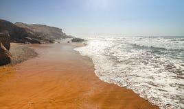 Sandy-Ozean und -strand bei Sonnenuntergang Schöne orange Küstenlinie Ozeanischer Meerblick stockbild