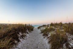 Sandy Path Leading a la playa de ciudad de Panamá, la Florida en la salida del sol imagen de archivo