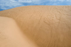 Sandy pustynia z pięknym niebieskim niebem obraz royalty free