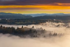 Sandy River Valley de niebla durante salida del sol en Oregon los E.E.U.U. Estados Unidos imagen de archivo libre de regalías