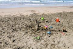 Sandy-Schloss auf dem Strand im Bau Stockbild