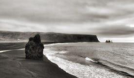 Sandy Shores negro de la playa de Kirkjufjara Imagen de archivo libre de regalías