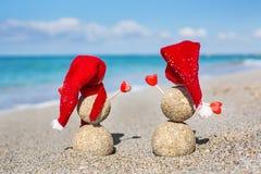 Sandy Snowmen na praia Anos novos do feriado dentro Foto de Stock