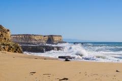 Sandy-Strand auf der Küste des Pazifischen Ozeans während der Flut und der starken Brandung, Wilder Ranch State Park, Kalifornien lizenzfreies stockfoto