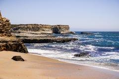 Sandy-Strand auf der pazifischen Küstenlinie, Wilder Ranch State Park nah an Santa Cruz, Kalifornien stockfoto