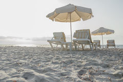 Sandy-Strand auf Grieche Kos-Insel mit Sonnenschirmen und Lizenzfreies Stockfoto
