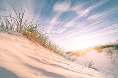 Sandy-Strand auf Sonnenuntergang Lizenzfreies Stockbild