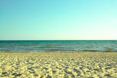 Sandy-Strand, blauer Himmel Stockfotos