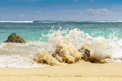 Sandy-Strand, brechende Wellen auf den Felsen Der Indische Ozean Gradatio Stockfoto