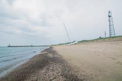 Sandy-Strand an einem regnerischen Tag im wolkigen Wetter Stockfotos