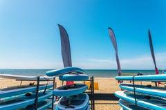 Sandy-Strand, Farbkajaks basiert auf Stand, in Hintergrund beautifu Lizenzfreie Stockfotos