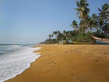 Sandy-Strand mit Abdruckmeereswellen lizenzfreie stockbilder